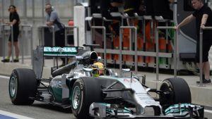 Mercedeksen Lewis Hamilton F1-testeissä Bahrainissa.