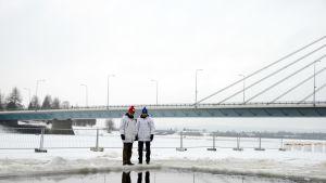 Avantouinnin MM-kisojen kilpailunjohtaja Seppo Arvio ja projektipäällikkö Pertti Lahdenperä vakuuttavat, että jäätä riittää. Mittausten mukaan sitä on 75 senttiä, josta 50 senttiä teräsjäätä.