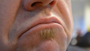 Mies huulet mutrulla.