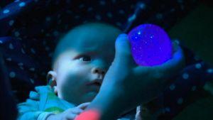 Vauva värikylvyssä.