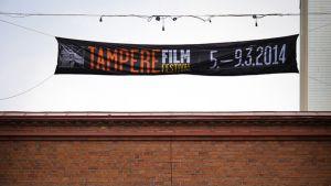 Tampere Film Festival - banderolli viritettynä Finlaysonin portin ylle