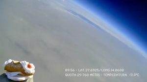 leivos maapallon yllä avaruuden rajalla