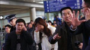 Omaiset odottavat tietoja lento MH370:n kohtalosta lentokentällä Pekingissä.