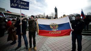 Venäjämieliset osoittavat mieltään Ukrainan Simferopolissa.