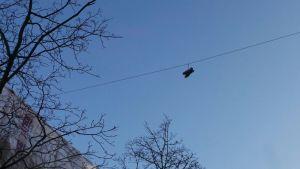 Lenkkarit roikkumassa sähkölangalla