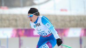 Maija Järvelä hiihtää ampumahiihtokilpailussa.