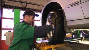 Katsastusmies Ari Sirviö tarkastaa auton kuntoa.