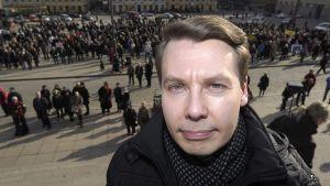 Vanhempainliiton toiminnanjohtaja Tuomas Kurttila osallistui opettajien mielenilmaukseen koulujen työrauhan puolesta Helsingin Senaatintorilla 10. huhtikuuta 2013.