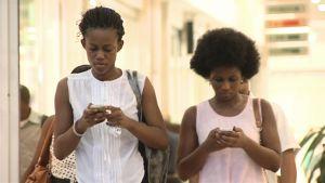 Kännykänkäyttäjiä Ghanan pääkaupungissa Accrassa.