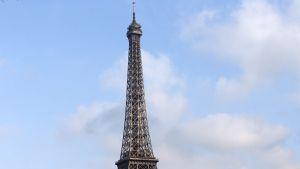 Juna ohittaa Eifel-tornin Pariisissa.