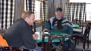 Asiakkaita Lammin Ylänteen Tuulimylly baarissa.