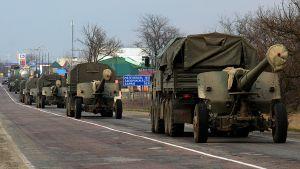 Venäläiset sotilasajoneuvot etenevät saattueena.