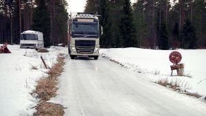 Rekka liikenteessä jäisellä maantiellä.