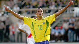 Brasilian maajoukkueen Rivaldo tuulettaa maaliaan.
