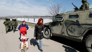 Venäjän armeijan sotilaita Perevalnoyen kylässä lähellä Simferopolia.