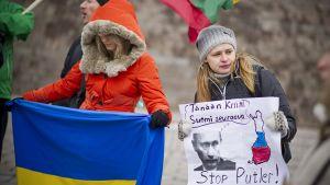 Suomen ukrainalaiset osoittavat mieltään Senaatintorilla.