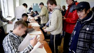 Äänestäjät jonottavat vaalipaikalla Simferopolissa.