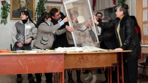 Krimiläiset vaalivirkailijat aloittamassa ääntenlaskennan Simferopolissa.