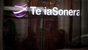 TeliaSoneran logo toimiston ikkunassa Tukholmassa.