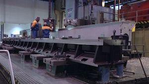 Kaksi työntekijää Valmetin Rautpohjan tehtaalla.