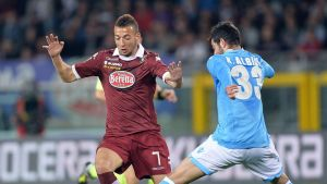 Torinon Omar El Khaddouri taistelee pallosta Napolin Raul Albiolin kanssa.