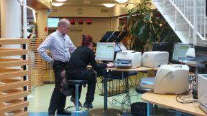 Asiakaspalvelija neuvoo työhakijaa nettipalvelun käytössä Satakunnan TE-toimistossa