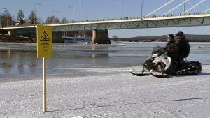 Vettä jäällä Jätkänkynttilän sillalla Rovaniemellä