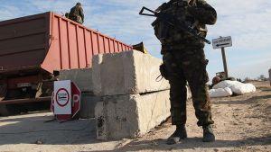 Ukrainalainen rajavartija tarkastuspisteellä maantiellä Ukrainan ja Krimin rajalla.