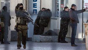 Aseistautuneet ilmeisesti venäläiset joukot pidättävät ukrainalaisia sotilaita Simferopolissa.