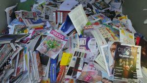 Lehtiä kierrätyslootassa