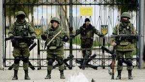 Sotilaita suljetulla portilla.