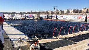 Talviuinnin MM-kilpailujen suorituspaikka on Kemijoen poukamassa Rovaniemen ydinkeskustan kohdalla