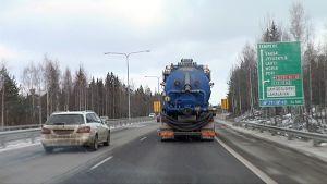 Henkilöauto ja kuorma-auto moottoritiellä.