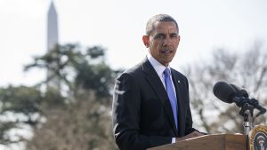Yhdysvaltain presidentti Barack Obama kertoo uusista Venäjän-vastaisista pakotteista Valkoisen talon edustalla.
