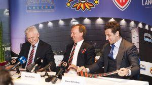 Gennadi Timtšenko, Harry Harkimo ja Roman Rotenberg Jokerien KHL-siirtoa koskeneessa lehdistötilaisuudessa. Myös venäläis-suomalainen Timtšenko on Yhdysvaltain asettamalla pakotelistalla.