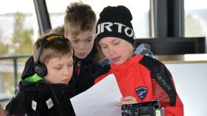 Tuukka Haapasalo, Aarne Herlevi ja Jimi Hotakainen merivartioasemalla.