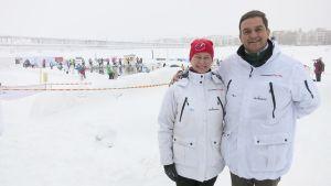 Kansainvälisen talviuintiliiton puheenjohtaja Mariia Yrjö-Koskinen sekä varapuheenjohtaja John Coningham-Rolls