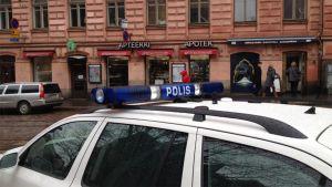 Poliisiautoja ryöstetyn apteekin edessä.
