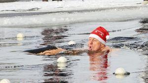 Talviuinnin MM-kisat 2014, kilpailija vedessä.