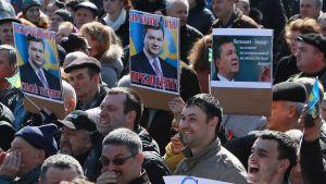 Venäläismielisiä mielenosoittajia Donetskissa, Ukrainassa 22.3.2014.
