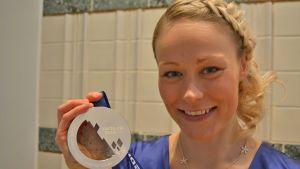 Anne Kyllönen olympiahopeamitalin kanssa.