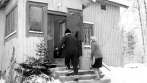 Eino Poutiainen puolisonsa Lainan kanssa vanhassa dokumenttielokuvassa