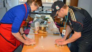 Nainen ja mies leipovat sultsinoita