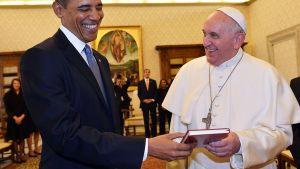 Yhdysvaltain presidentti Barack Obama ja paavi Fransiscus vaihtavat lahjoja Obaman vieraillessa Vatikaanissa.