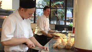 Ravintola Preston kokit tekevät pitsaa ja leipää.
