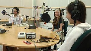 Helsingin kansainvälisen koulun oppilaat Arianna Stewart, Inga Markusson ja Ludivine Eude valmiina BBC:n suoraan radiohaastatteluun.