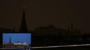 Kahdessa päällekäin sijoitetussa valokuvassa näkyy Moskovan Kreml Earth Hourin aikaan vuonna 2013 (alla) sekä normaalissa iltavalaistuksessa.