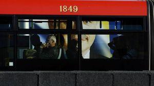 Presidenttiehdokas Andrej Kiskan vaalimainos näkyi bussin ikkunoiden läpi Bratislavassa 28. maaliskuuta.