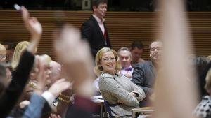 Valtiovarainministeri, puheenjohtaja Jutta Urpilainen seuraa äänestystä SDP:n puoluevaltuuston kevätkokouksessa Helsingissä eduskunnan pikkuparlamentin kokoustiloissa lauantaina 29. maaliskuuta.