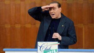 Silvio Berlusconi elehtii puhujanaitiossa